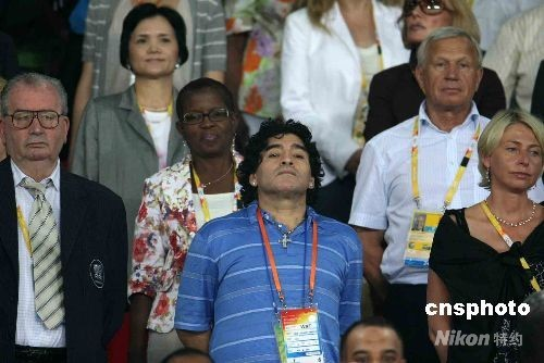 8月19日晚,北京奥运会男足第二场半决赛在北京工人体育场举行,球王马拉多纳到场观看巴西、阿根廷遭遇战,被请到主席团正中就座。 中新社发 任晨鸣 摄
