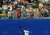 图文:棒球决赛古巴VS韩国 比赛中救球
