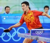 图文:奥运乒乓男单铜牌战 王励勤轻松回球