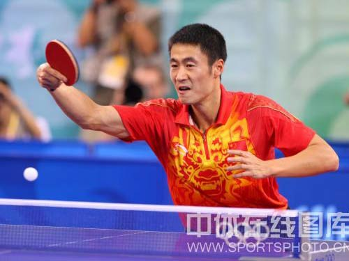 图文:乒球铜牌战王励勤完胜佩尔森 猛烈反击