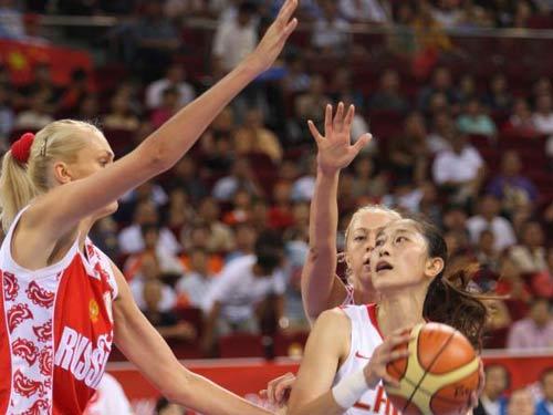 图文:女篮铜牌争夺战中国vs俄罗斯  隋菲菲控球
