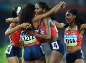 图文:女子4X400米美国夺金 比赛后庆祝
