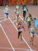 图文:女子4x400米决赛美国队夺金 争先恐后