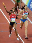 图文:女子4x400米决赛美国队夺金 冲向终点
