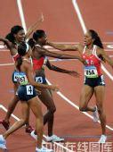 图文:女子4x400米决赛美国队夺金 欣喜若狂