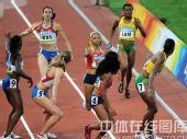 图文:女子4x400米决赛美国队夺金 蓄势待发