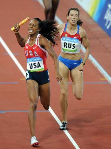 图文:女子4x400米决赛美国队夺金 领先一步