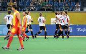 图文:奥运男曲德国夺冠 德国队员抱在一起