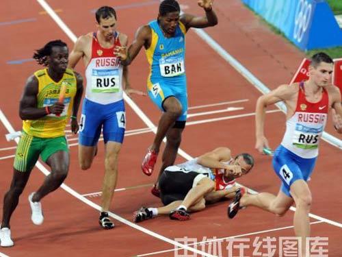 图文:男子4x400米接力美国队夺金 不幸跌倒