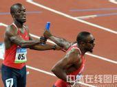 图文:男子4x400米接力美国队夺金 交接棒瞬间