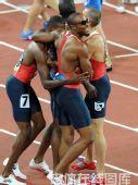 图文:男子4x400米接力美国队夺金 拥抱庆祝