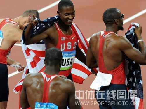 图文:男子4x400米接力美国队夺金 获得胜利