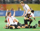 图文:男子曲棍球德国队夺冠 终于获胜跪地庆祝