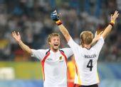 图文:男子曲棍球德国队夺冠 张开双臂迎接胜利