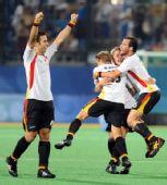 图文:男子曲棍球德国队夺冠 队友激情的拥抱