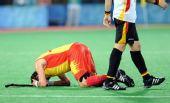 图文:男子曲棍球西班牙亚军 西队员抱头跪地