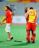图文:男子曲棍球西班牙亚军 西队员互相安慰