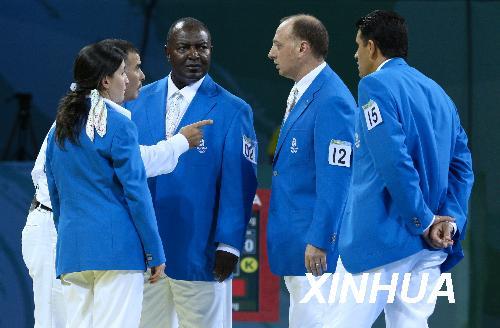 8月23日,裁判在进行现场裁定。当日,在北京奥运会女子67公斤以上级四分之一决赛中,中国选手陈中以1比0战胜英国选手萨·史蒂文森,进入半决赛。但赛后英国队提出申诉,认为史蒂文森在终局前脚踢中陈中头部的得分有效。经过仲裁委员会裁定,英国队申诉成功,陈中和史蒂文森的比分改为1比2,两届奥运会67公斤以上级冠军得主、中国选手陈中无缘半决赛。新华社记者邢广利摄