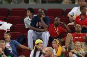 图文:美国女篮夺冠 美国男篮队员科比在观看