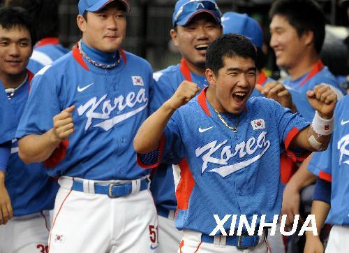 8月23日,韩国队球员庆祝胜利。当日,在五棵松棒球场举行的北京奥运会棒球决赛中,韩国队以3比2战胜古巴队获得冠军。 新华社记者郭磊摄