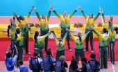 图文:女子排球冠军的庆祝 队员举双臂欢呼胜利