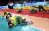 图文:女子排球冠军的庆祝 巴西队队员领奖倒地