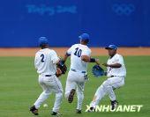 图文:棒球古巴获亚军 古巴队三名球员在比赛中