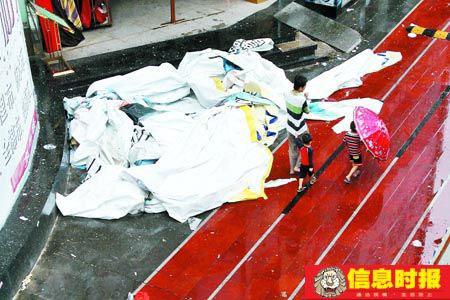 在深圳街头被台风吹下来的广告喷画掉在人行道上。时报记者  黄立科 摄