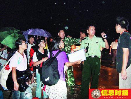 派出所出动警车护送大学生安全离开。通讯员 摄