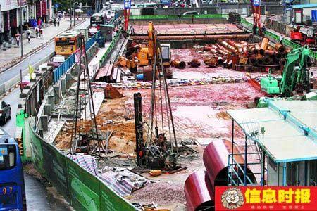 """因为台风""""鹦鹉""""的到来,深圳市建委已要求所有的工地停工。图为东门中路地铁工地已经全部停工。时报记者  黄立科 摄"""