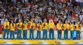 图文:女篮颁奖仪式 澳大利亚队员在颁奖仪式上