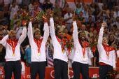 图文:女篮颁奖仪式 美国队员在颁奖仪式上庆祝