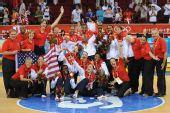 图文:女篮颁奖仪式 美国队员在颁奖仪式后合影
