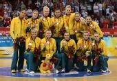 图文:女篮颁奖仪式 澳大利亚队队员在颁奖仪式