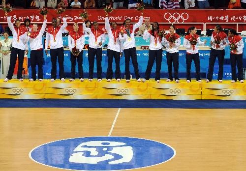 图文:女篮颁奖仪式 美国队队员在领奖台上