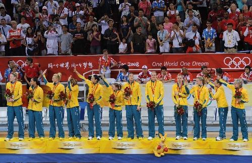 图文:女篮颁奖仪式 澳大利亚队队员在领奖台上