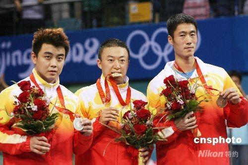 8月23日晚,中国选手马琳、王皓、王励勤分获北京奥运会乒乓球男子单打金、银、铜牌。 中新社发 武仲林 摄