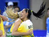 图文:女子排球冠军的庆祝 两名巴西队队员拥抱