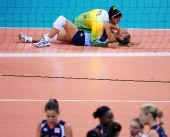 图文:女子排球冠军的庆祝  在比赛后庆祝