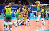 图文:女子排球冠军的庆祝 巴西队员获胜后庆祝