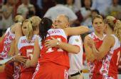图文:俄罗斯队获得女篮季军 教练球员庆祝胜利