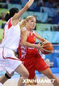 图文:俄罗斯队获得女篮季军 伊洛娜科斯汀带球