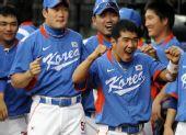 图文:棒球韩国夺冠 韩国队球员狂笑庆祝胜利