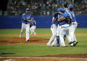 图文:棒球韩国夺冠 韩国队球员集体庆祝胜利