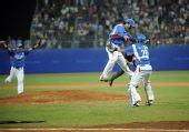 图文:棒球韩国夺冠 韩国队球员庆祝胜利当中