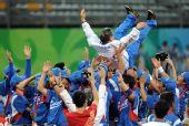 图文:棒球韩国夺冠 韩国队球员庆祝胜利