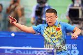 图文:男乒三虎包揽前三名 马琳比赛回球