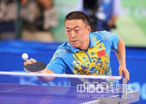 图文:男乒三虎包揽前三名 马琳比赛垫球