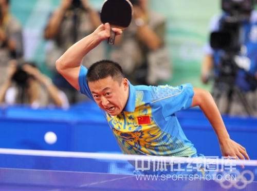 图文:男乒三虎包揽前三名 马琳比赛抽球