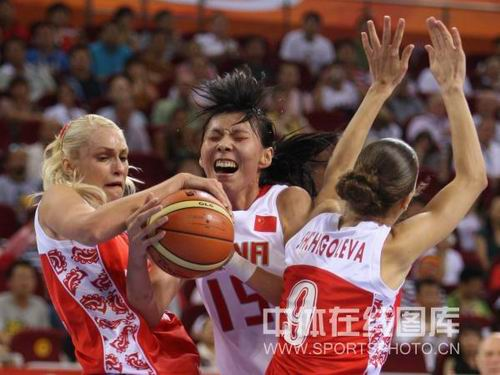 图文:女篮中国81比94俄罗斯 陈楠夹饼当中